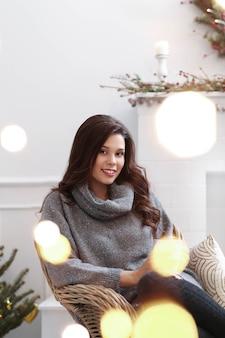Mooie vrouw thuis met kerstmis