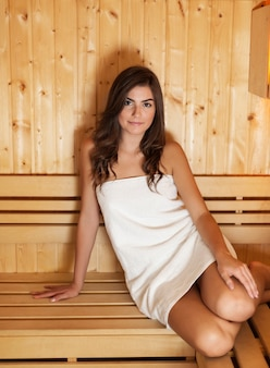 Mooie vrouw tijd doorbrengen in sauna