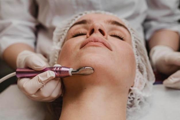 Mooie vrouw tijdens een cosmetische behandeling in het wellnesscentrum