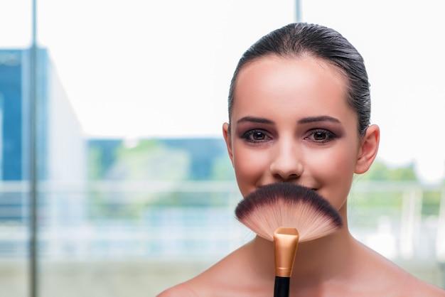 Mooie vrouw tijdens make-up cosmetische sessie