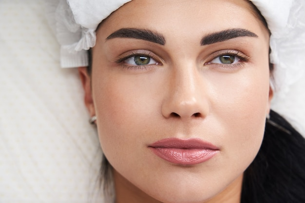 Mooie vrouw tot schoonheidsspecialist in spa salon spa