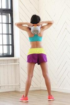 Mooie vrouw trainen in de sportschool