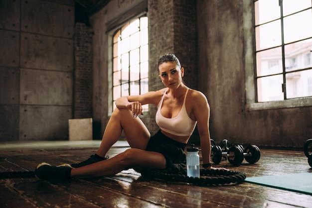 Mooie vrouw traint en maakt functionele training in de sportschool