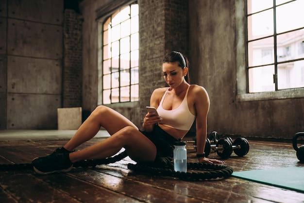Mooie vrouw traint en maakt functionele training in de sportschool Premium Foto