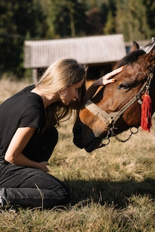 Mooie vrouw van aangezicht tot aangezicht paard