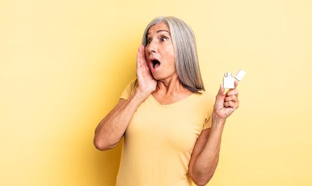 Mooie vrouw van middelbare leeftijd die zich gelukkig, opgewonden en verrast voelt. lichter concept