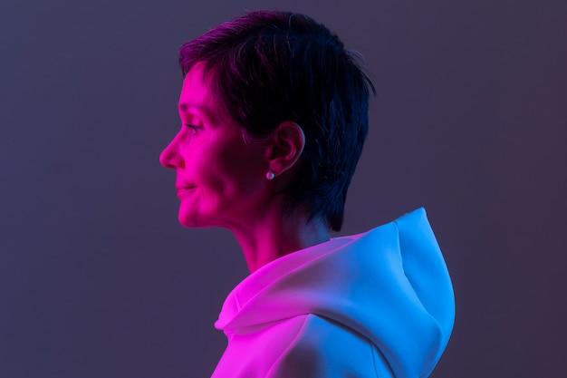 Mooie vrouw van middelbare leeftijd in een witte hoodie