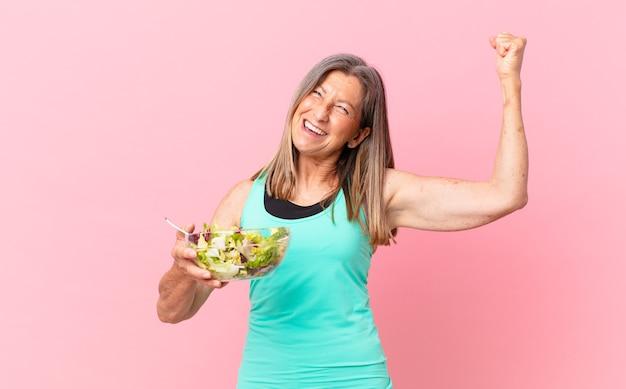 Mooie vrouw van middelbare leeftijd met een saladedieetconcept