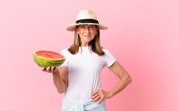 Mooie vrouw van middelbare leeftijd met een watermeloen. zomer concept