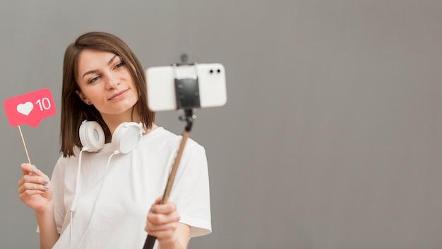 Mooie vrouw video opnemen met kopie ruimte