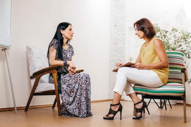 Mooie vrouw vraagt om advies in vrouwelijke psycholoog
