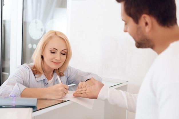 Mooie vrouw vult formulier voor het behalen van certificaat in