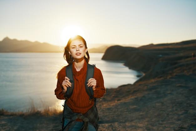 Mooie vrouw wandelaar buitenshuis bergen waterlichaam natuur