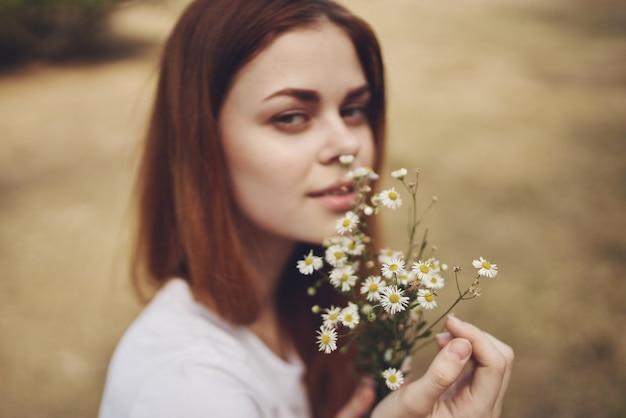 Mooie vrouw wandelen in het veld natuur levensstijl zomer
