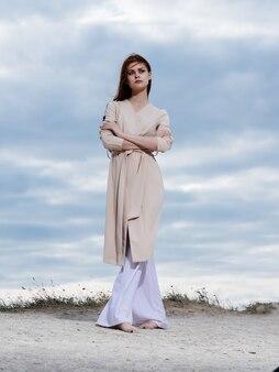 Mooie vrouw wandeling langs het strand zand tropen lifestyle fashion