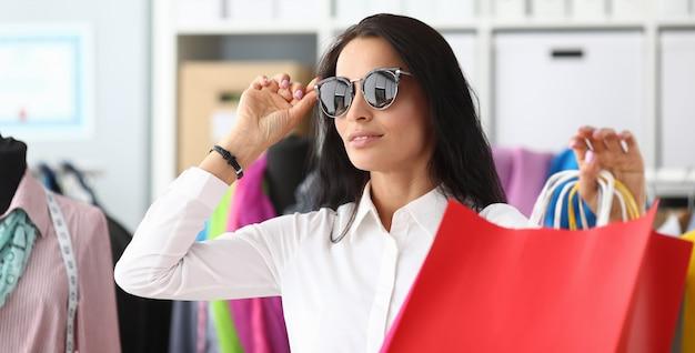 Mooie vrouw wat betreft zonnebril