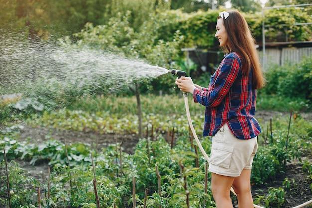 Mooie vrouw werkt in een tuin