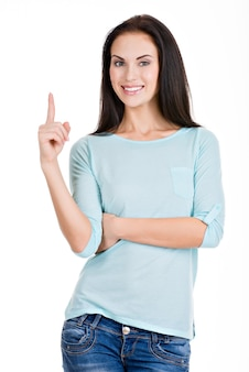 Mooie vrouw wijst vinger omhoog geïsoleerd op wit