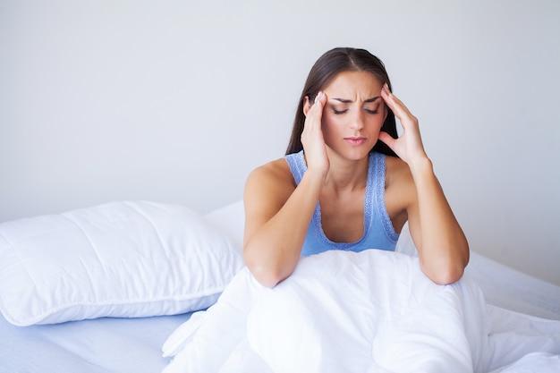 Mooie vrouw ziek voelen, hoofdpijn hebben