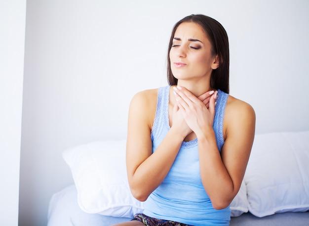Mooie vrouw ziek voelen, hoofdpijn, pijnlijke lichaamspijn hebben