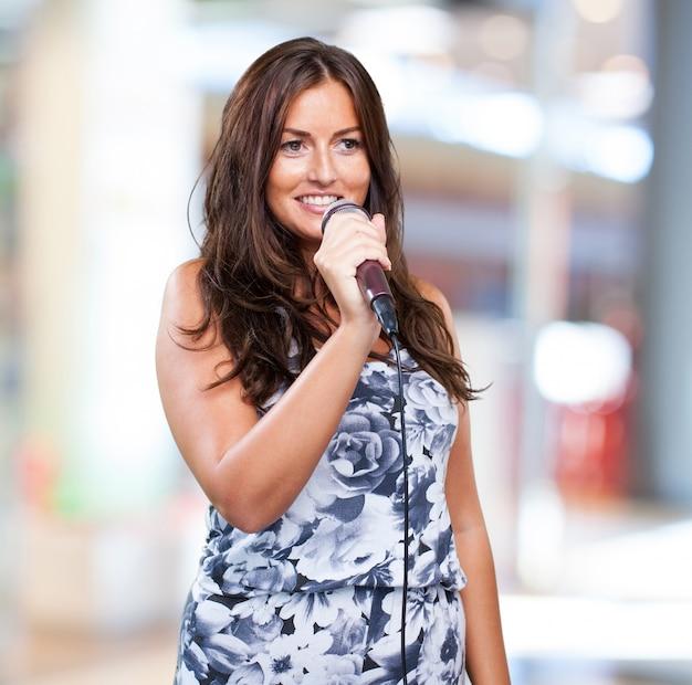 Mooie vrouw zingen