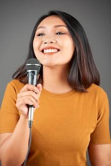 Mooie vrouw zingt lied