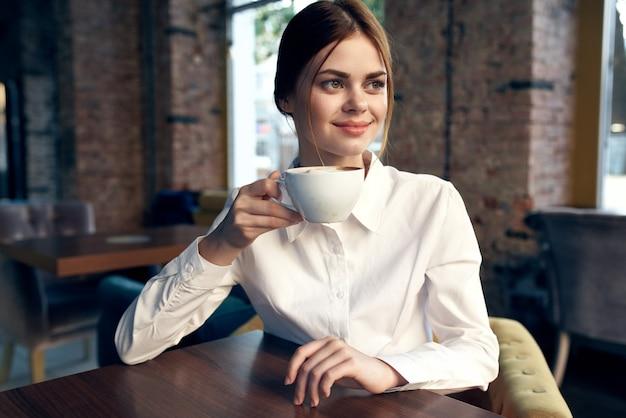 Mooie vrouw zit in een café