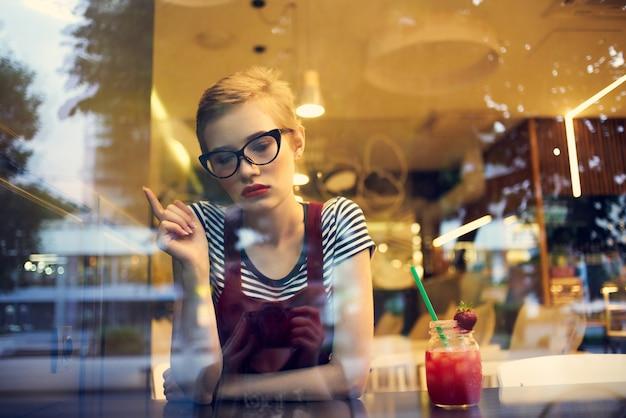Mooie vrouw zitten in café cocktail drinken vrijetijdsbesteding levensstijl