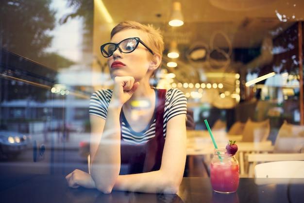 Mooie vrouw zitten in café cocktail vakantie levensstijl