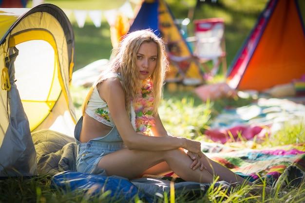 Mooie vrouw zitten op de camping