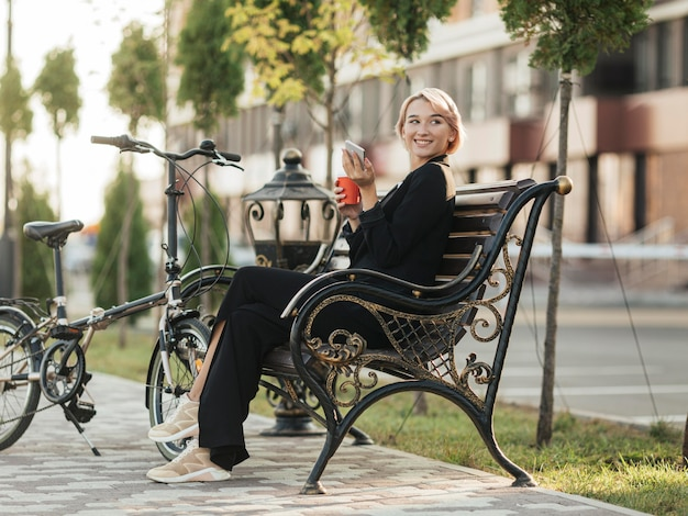 Mooie vrouw zittend op de bank
