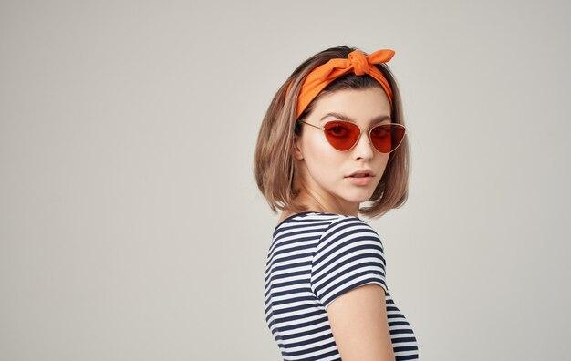 Mooie vrouw zonnebril gestreepte t-shirt mode moderne stijl dragen
