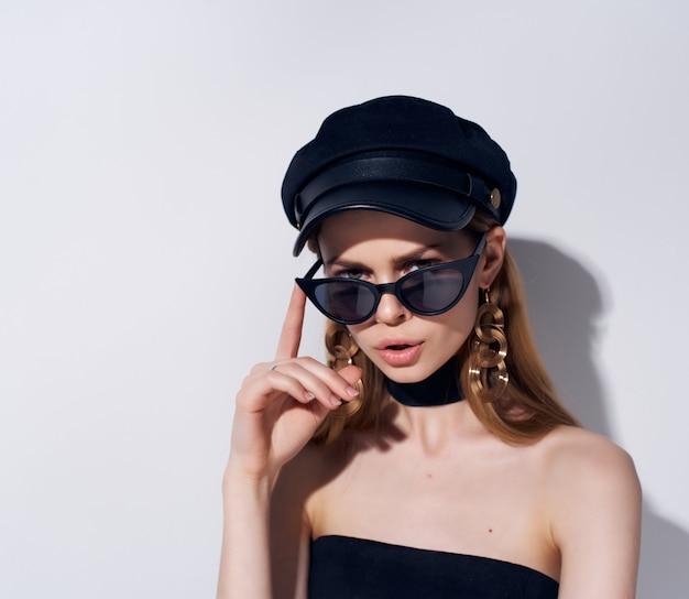 Mooie vrouw zonnebril poseren mode geïsoleerde achtergrond