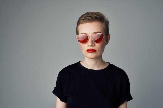 Mooie vrouw zwarte t-shirt moderne stijl geïsoleerde achtergrond. hoge kwaliteit foto