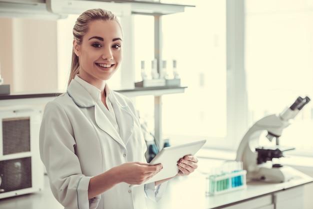 Mooie vrouwelijke arts in laboratorium