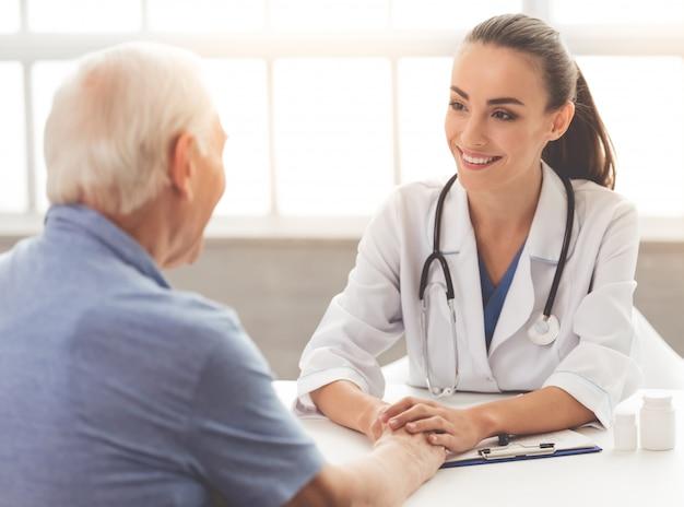 Mooie vrouwelijke arts in witte medische jas