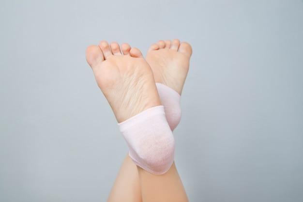 Mooie vrouwelijke benen in roze sokken. voetverzorging