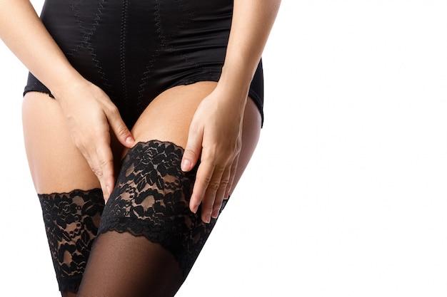 Mooie vrouwelijke benen in zwarte kousen