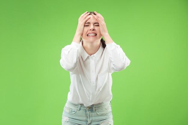 Mooie vrouwelijke halve lengte portret geïsoleerd op trendy groene studio