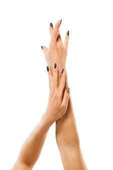 Mooie vrouwelijke handen geïsoleerd op een witte muur