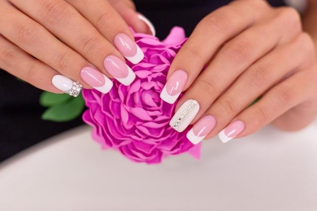 Mooie vrouwelijke handen met franse manicure