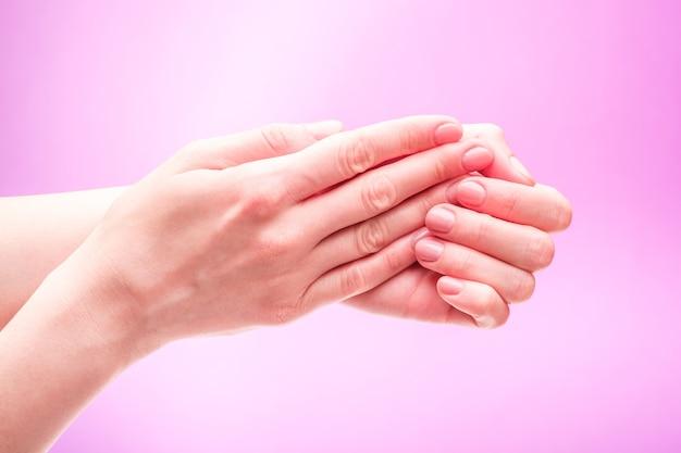 Mooie vrouwelijke handen met verse schattige manicure, huid en nagel zorg concept