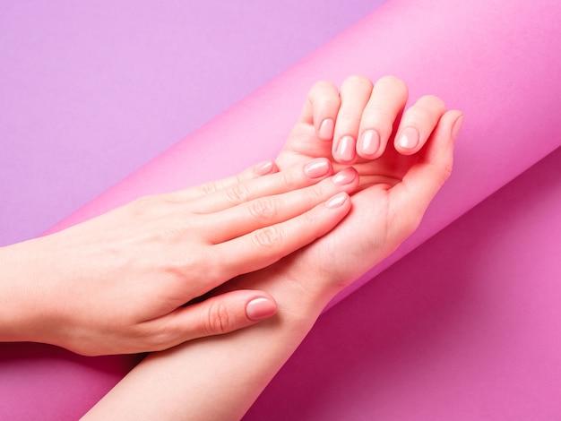 Mooie vrouwelijke handen met verse schattige manicure
