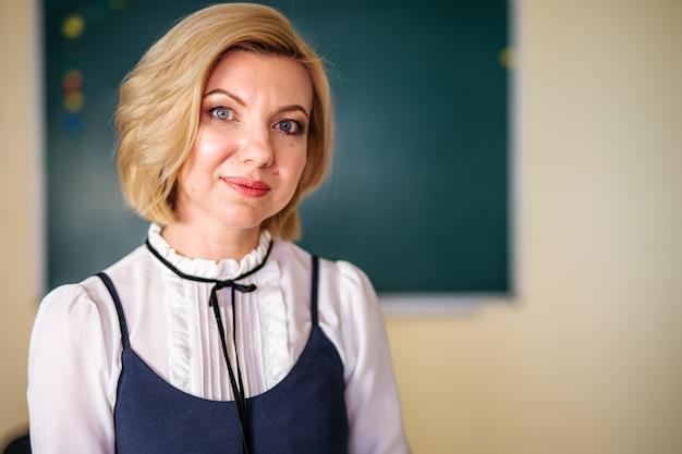 Mooie vrouwelijke leraar in de klas