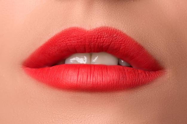 Mooie vrouwelijke lippen close-up. rode lippenstift. luxe make-up.