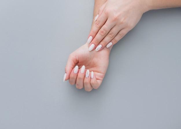 Mooie vrouwelijke manicure, zachte coating van gelvernis.