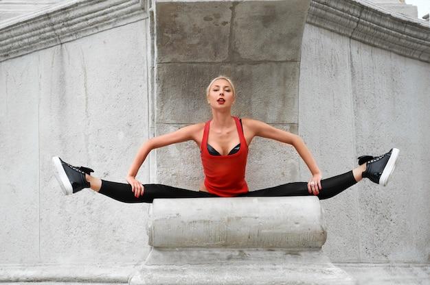 Mooie vrouwelijke moderne danser die in openlucht presteert