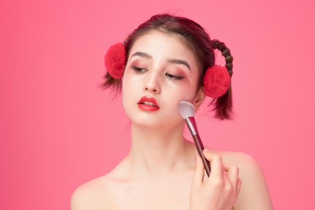 Mooie vrouwelijke ogen met make-up en borstel