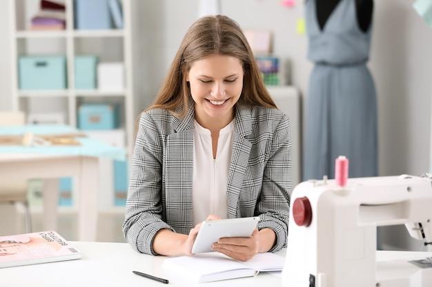 Mooie vrouwelijke ondernemer werkzaam in atelier