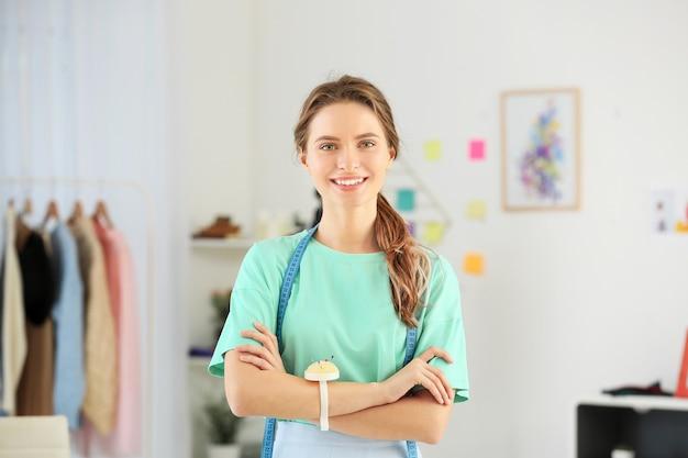 Mooie vrouwelijke ontwerper in werkplaats